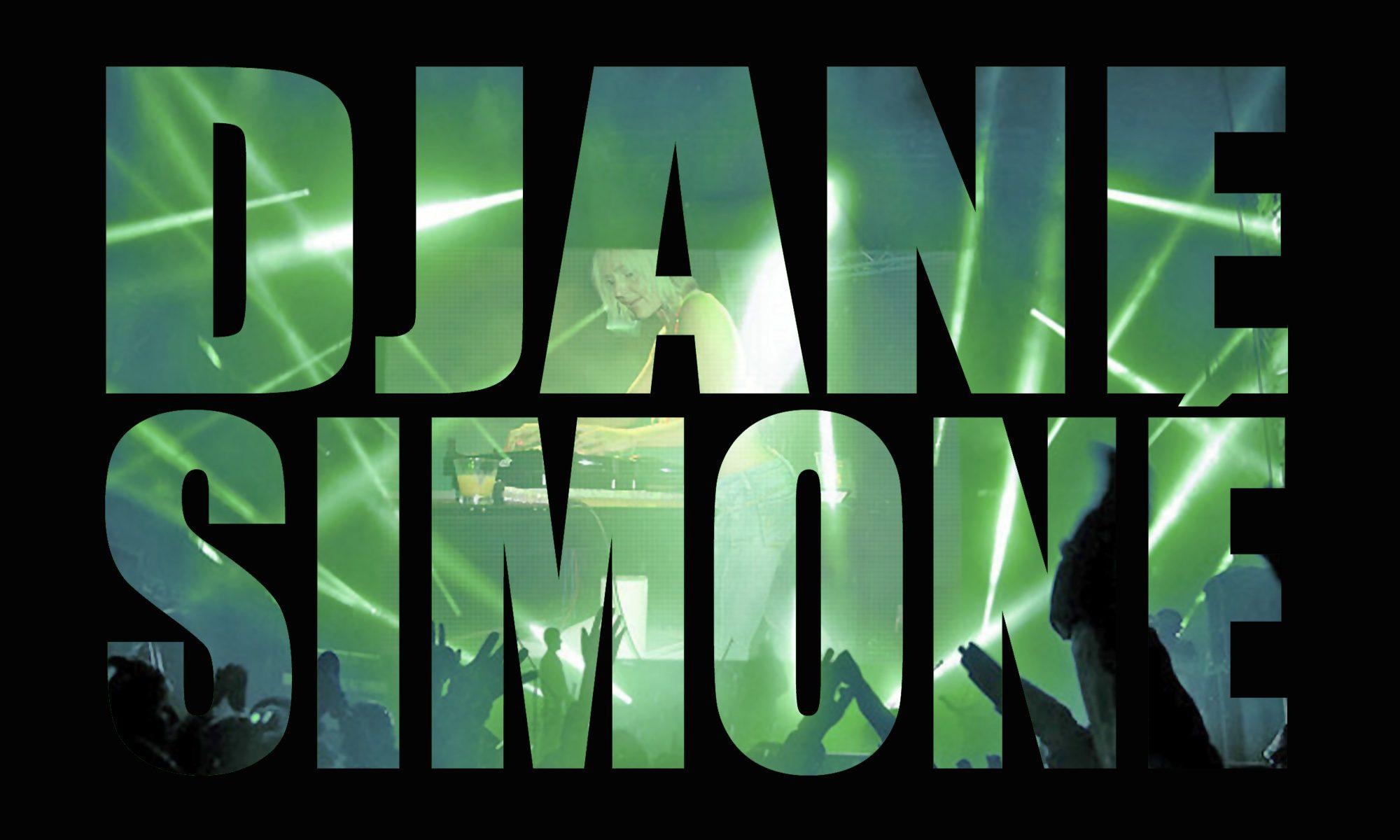 DJANE SIMONÉ LIVE AUF DER BÜHNE.